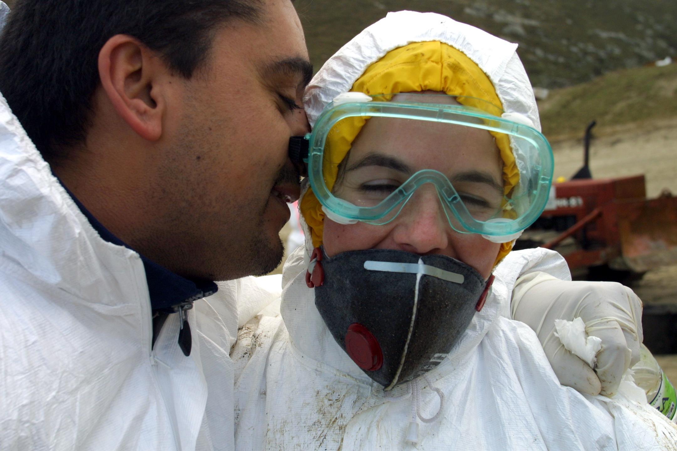 Un voluntario besa a una compañera en Laxe. <br><b>José Manuel Casal</b>