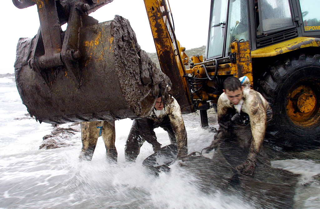 Una excavadora trabaja en Touriñan (Muxía) <br>José Manuel Casal