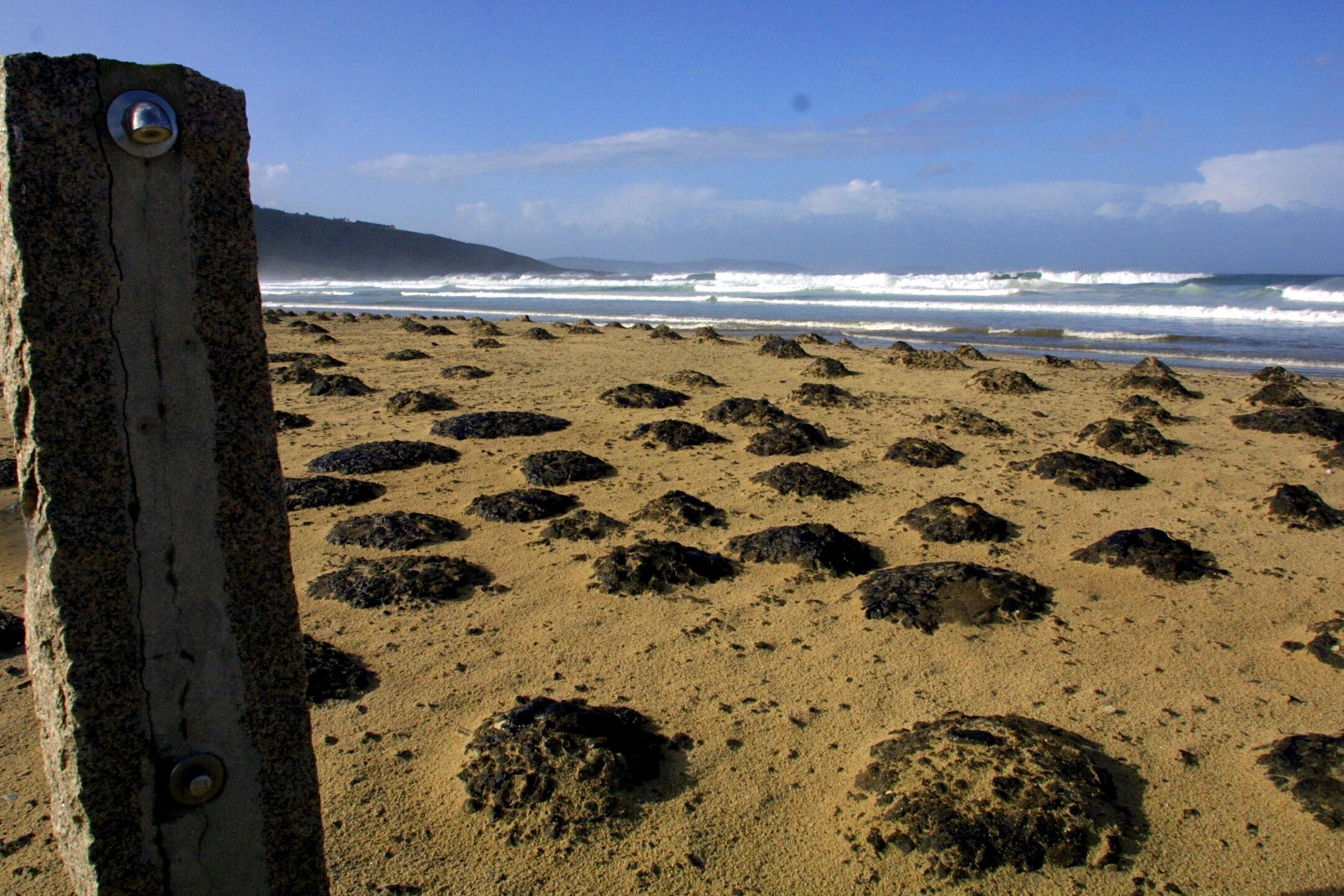 Pequeños montículos de fuel en la playa de Razo (Carballo). <br><b>Ana García</b>