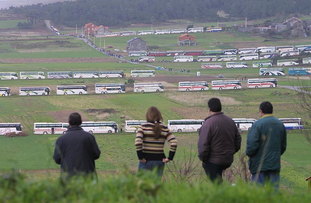 Decenas de autobuses aparcados cerca de la playa de Traba, en Laxe. <br><b>José Manuel Casal</b>
