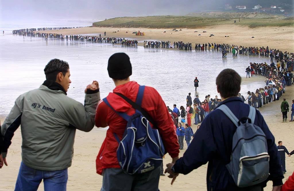 Centenares de jóvenes en la playa de Traba. <br><b>José Manuel Casal</b>