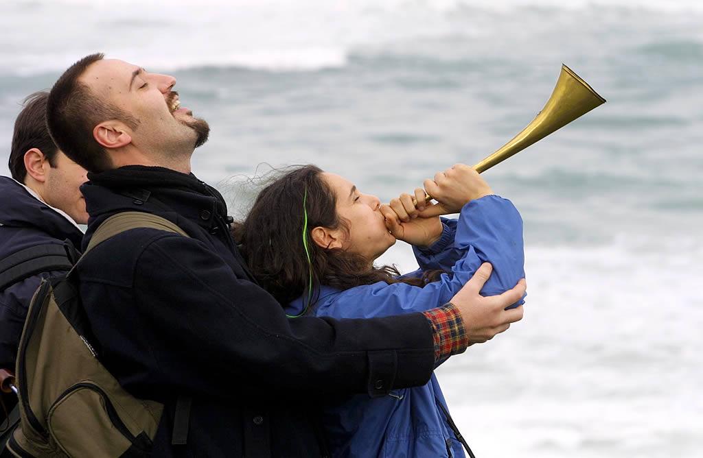 Una joven toca una corneta en Traba. <br><b>José Manuel Casal</b>