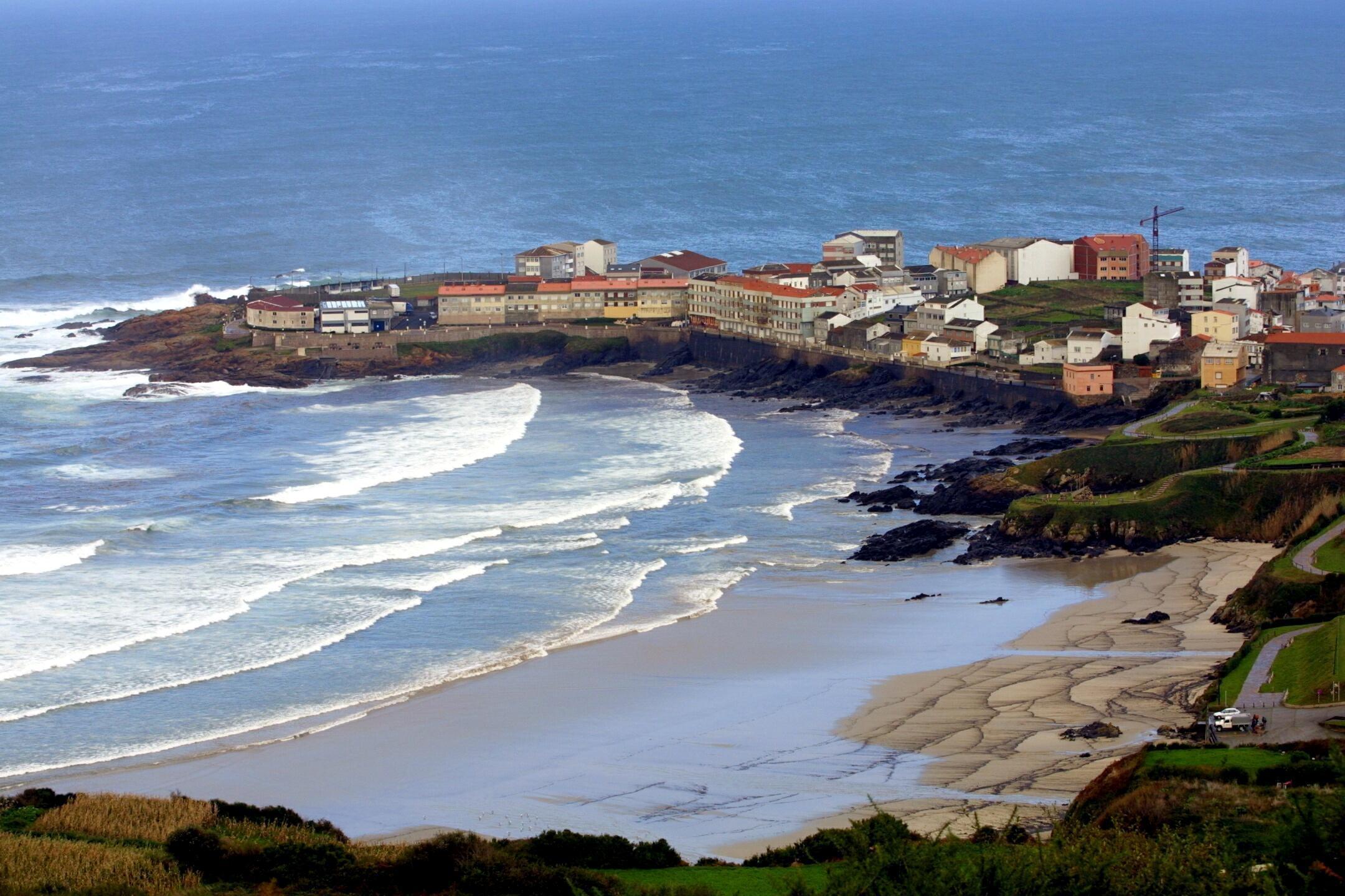 La playa y las rocas de Caión, en A Laracha, siguen recibiendo petróleo.<br> <b>Ana García</b>