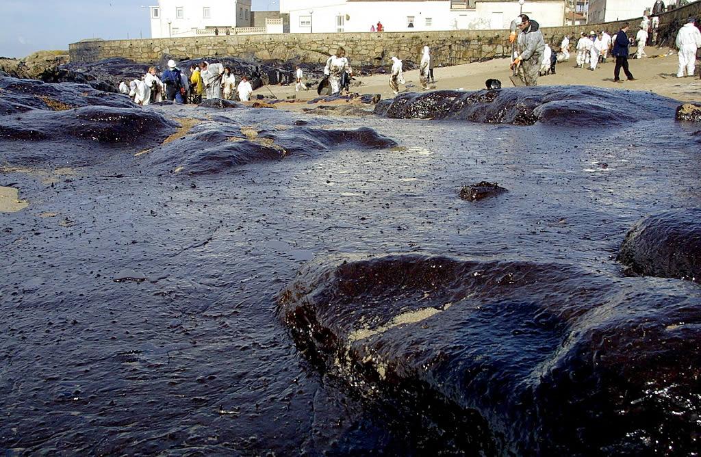 La playa de O Coído, con más de medio metro de fuel. <br><b>Ana García</b>