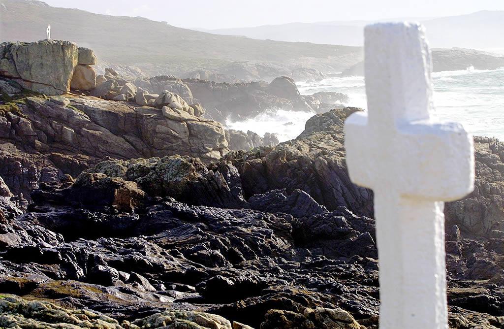 Las cruces de O Roncudo se mantienen blancas pese al fuel que invade las rocas cercanas. <br><b>José Manuel Casal</b>