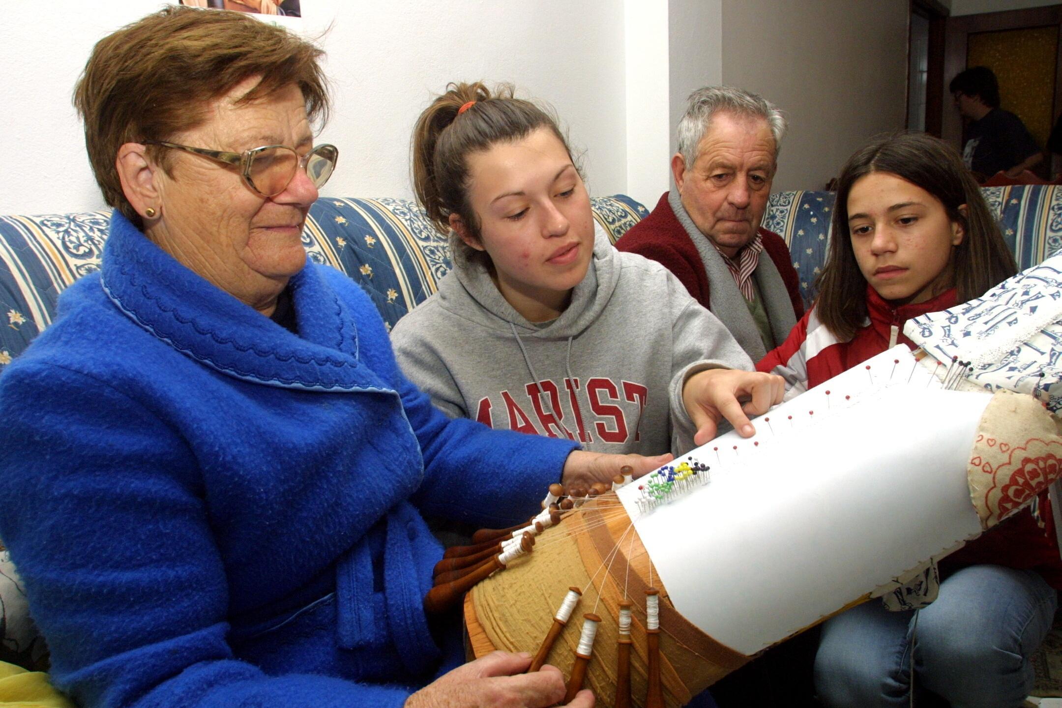 La voluntaria Stacey Caswell, de Nueva York, pasó la Nochebuena en casa de una familia de Corme (Ponteceso). <br><b>José Manuel Casal</b>