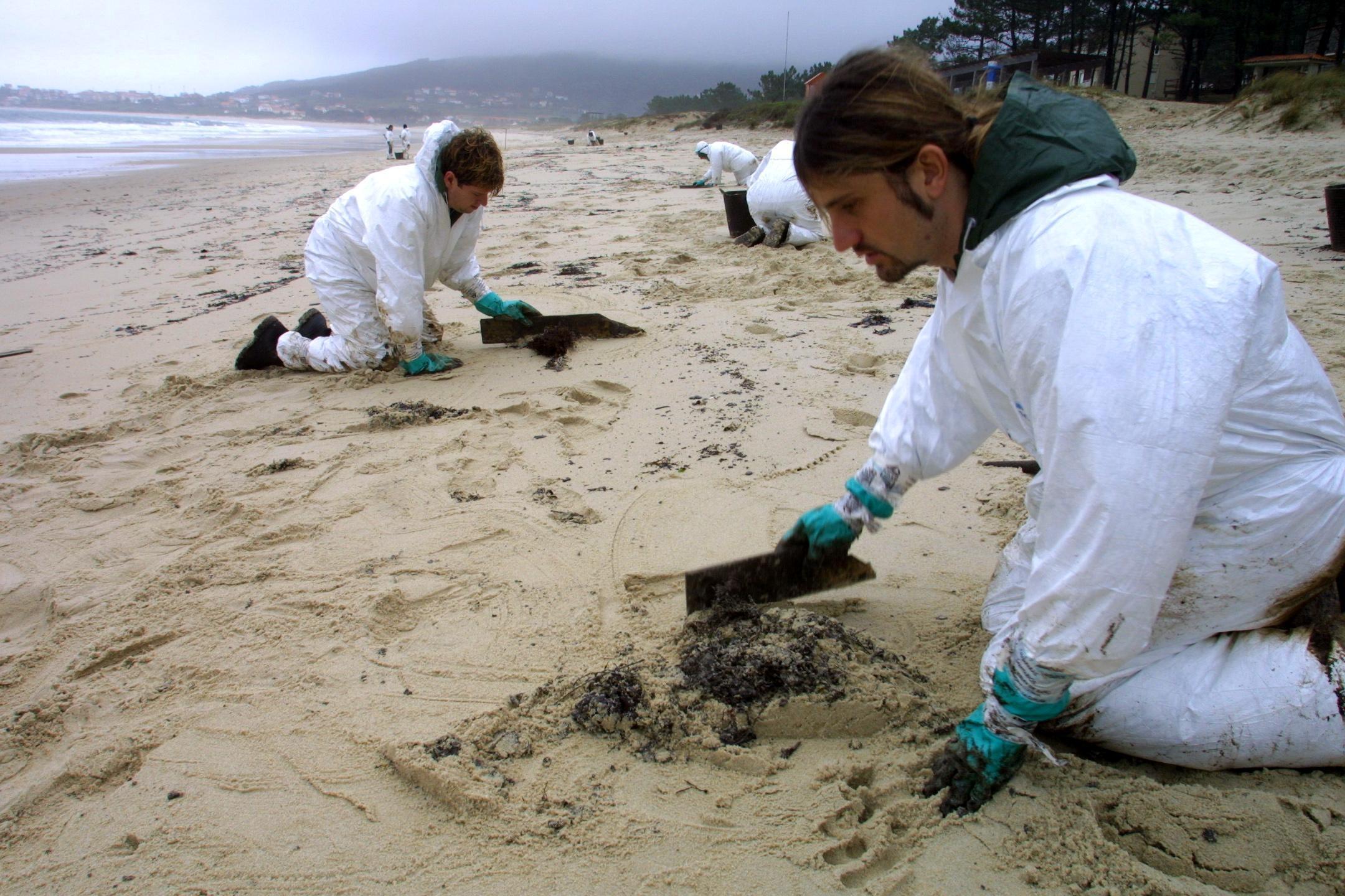 Pese a las fiestas, no cesó la limpieza. Seguían los trabajos en la playa de Langosteira, en Fisterra<br><b>José Manuel Casal</b>