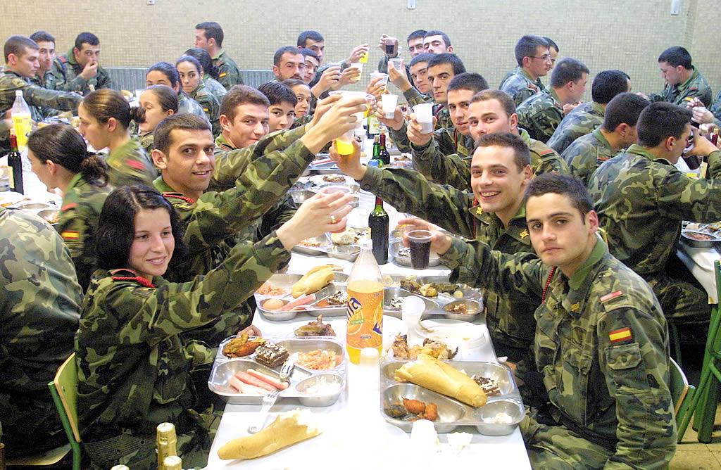 Los militares celebran la cena de Nochebuena en Vimianzo.<br><b>José Manuel Casal</b>