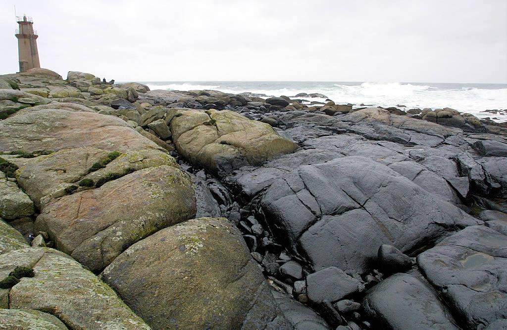 Las rocas cercanas al Santuario de A Barca, en Muxía, teñidas de negro. <br><b>Ana García</b>