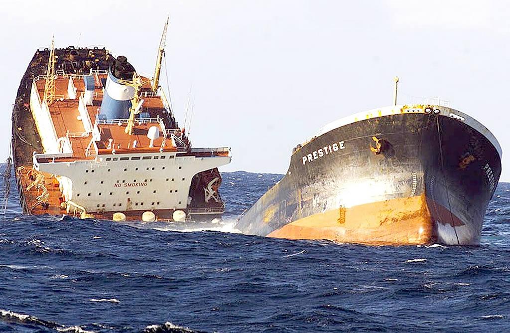 Imagen del «Prestige» en el momento en el que se parte en dos tomada desde la fragata «Baleares»
