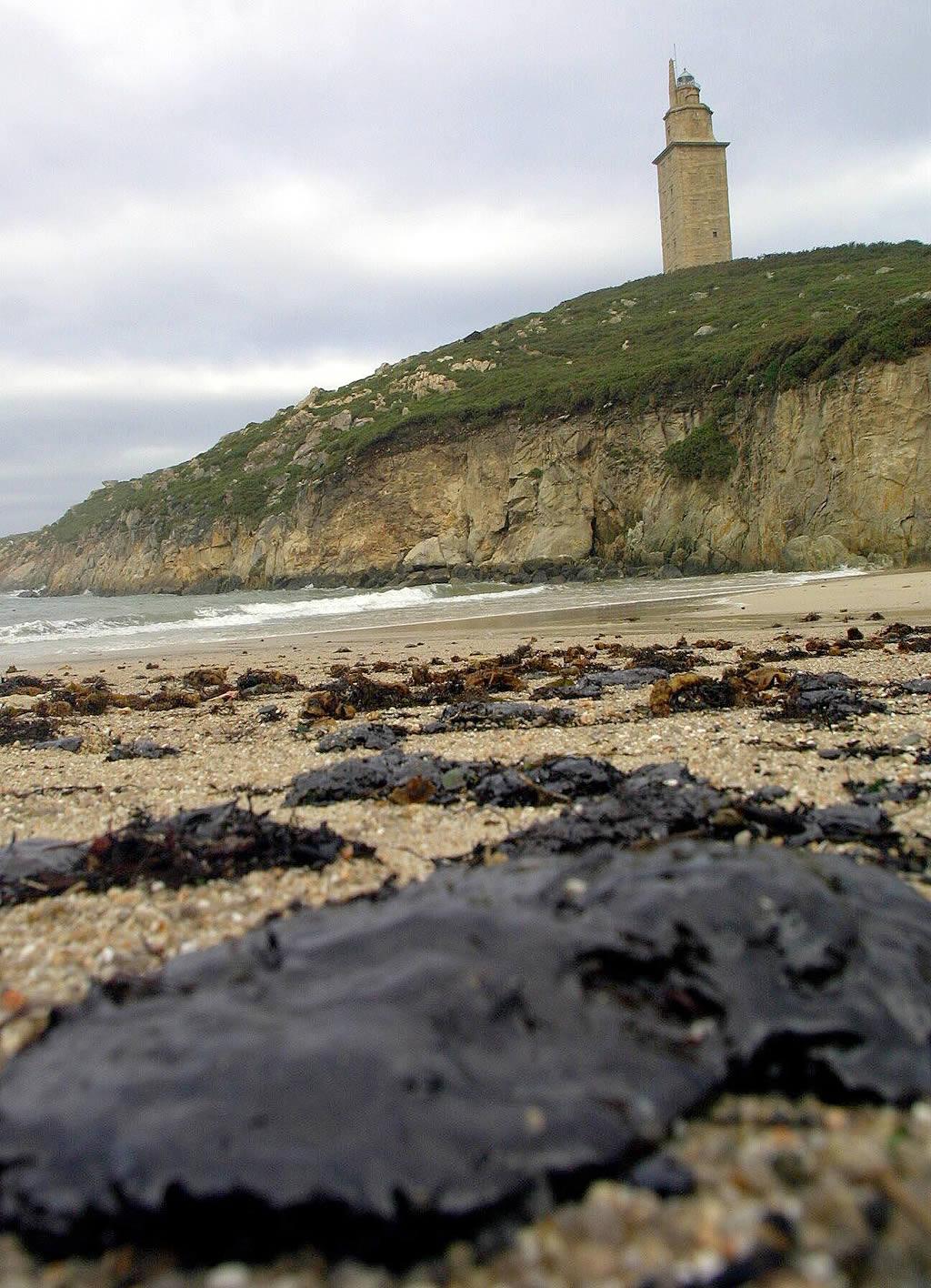 Galletas de fuel en las playas de A Coruña <br>César Quian