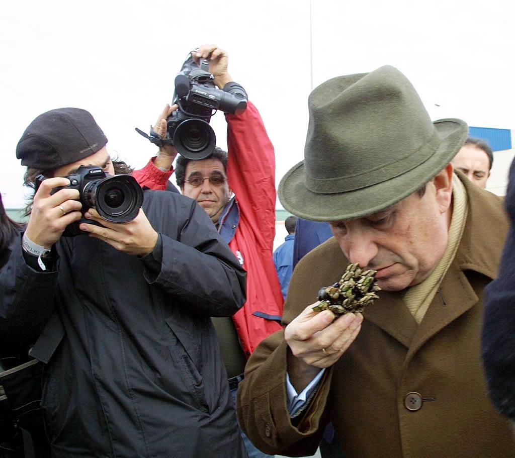 Francisco Vázquez inspecciona el estado del percebe de O Burgo <br>Xosé Castro