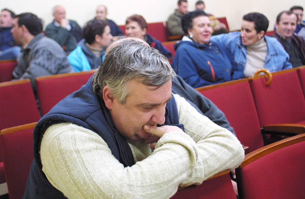 Un hombre, pensativo durante una reunión de fresqueros en Cedeira. <br><b>Óscar Vázquez</b>