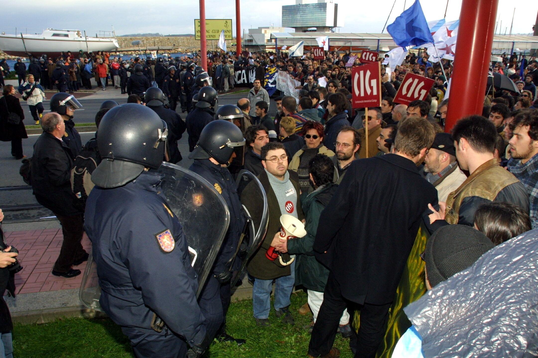 Policías y manifestantes, junto a la torre de control del puerto de A Coruña. <br><b>Xosé Castro</b>