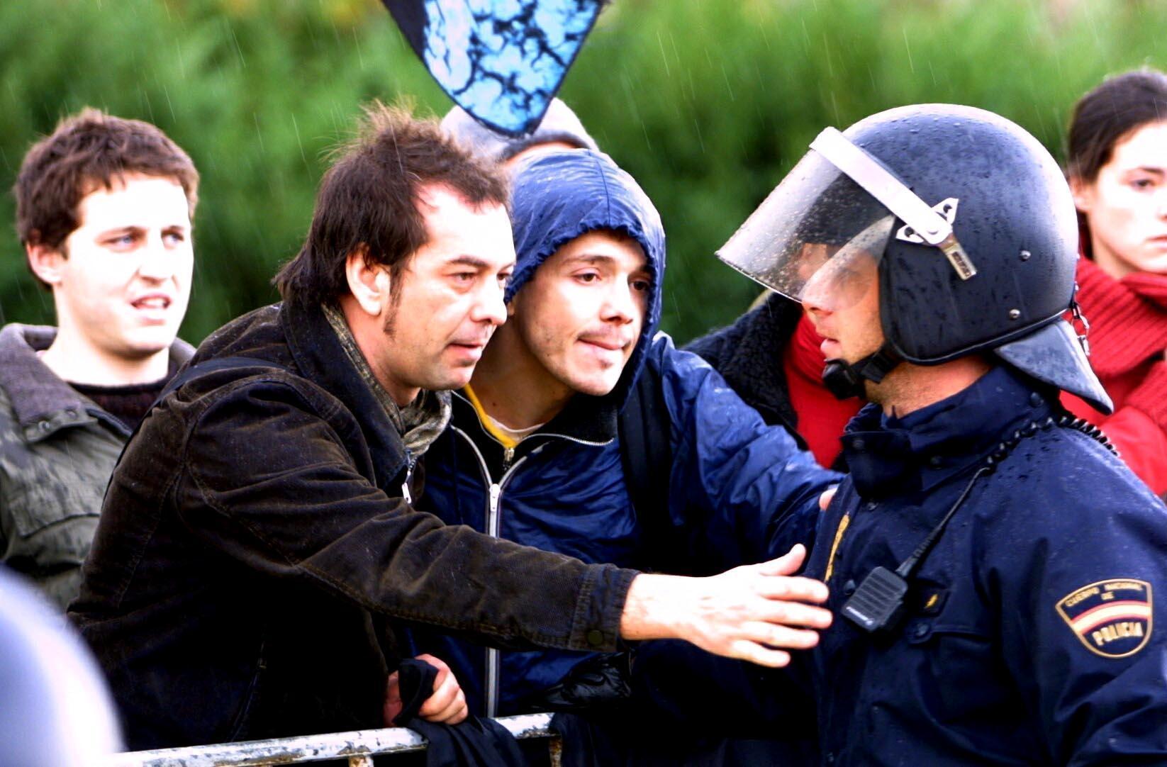 Dos manifestantes intentan hablar con un antidisturbios. <br><b>Xosé Castro</b>