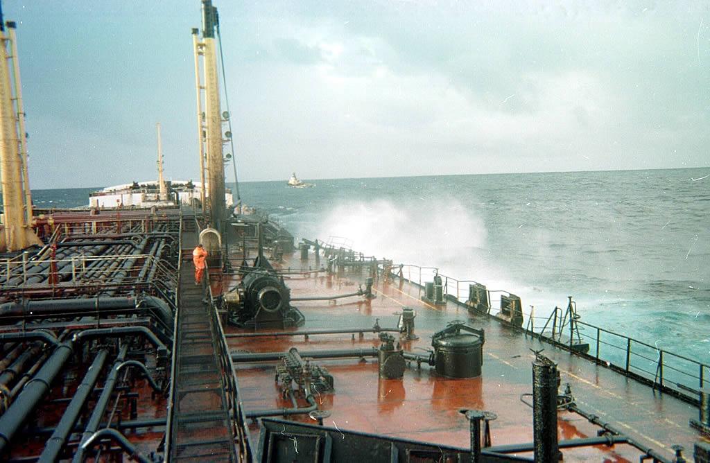 El capitán griego Mangouras continúa en el buque tratando de equilibrar sus pérdidas