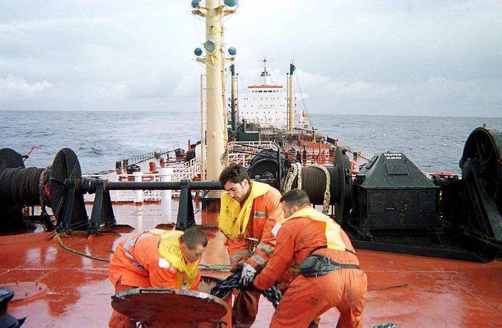 Parte de  la tripulación trata de minimizar los daños del buque