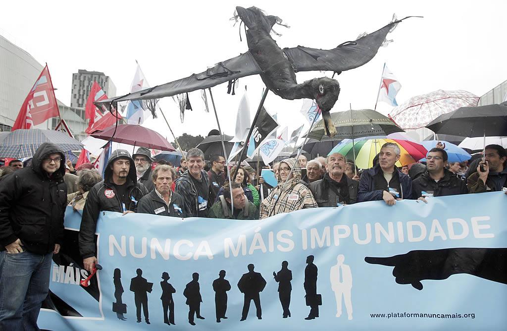 Una gaviota de cartón cubierta de fuel, en la manifestación. <br><b>Gustavo Rivas</b>