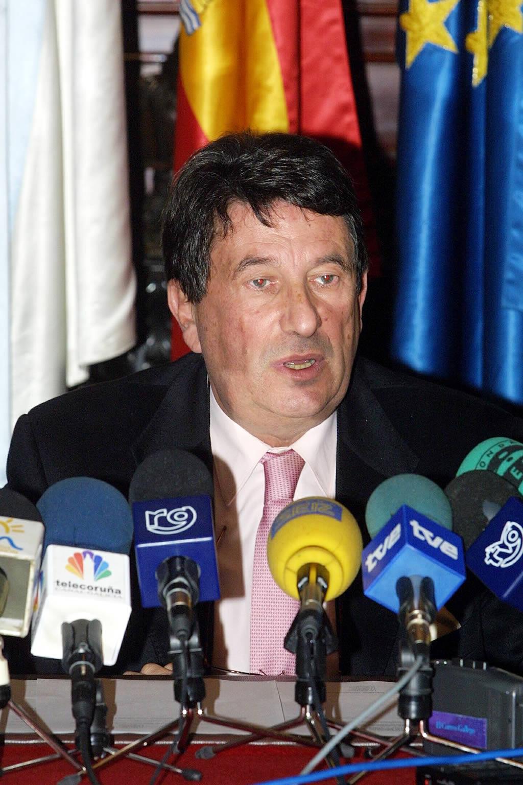 Francisco Vázquez, alcalde de A Coruña, propone quemar el buque con bombas de fósforo <br>Eduardo
