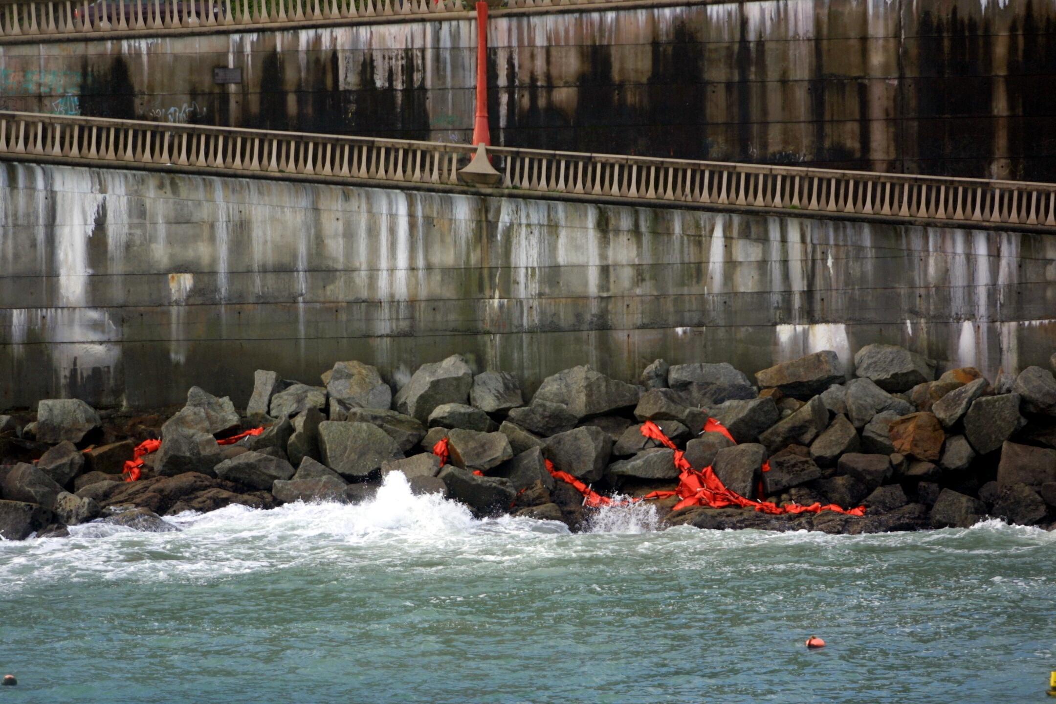 Barreras destrozadas por el temporal en las rocas del Orzán, en A Coruña. <br> <b>Xosé Castro</b>