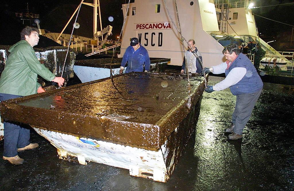El fuel no descansó en Nochebuena. Un barco descansa un contenedor en A Coruña<br><b>Kopa</b>
