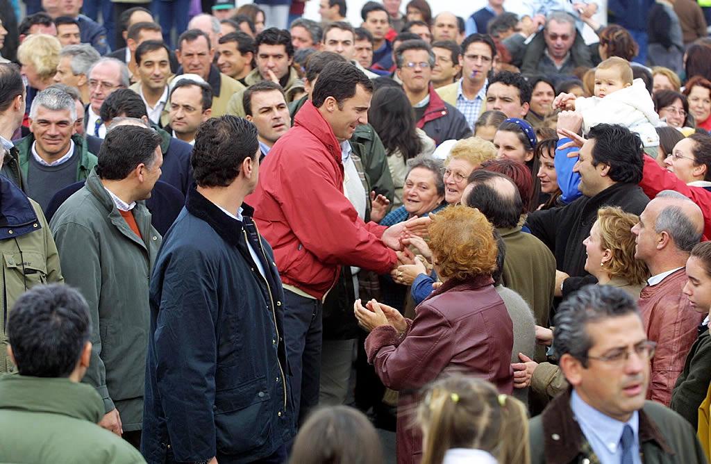 Felipe se saltó el cordón de seguridad en Portonovo para hablar con los vecinos. <br><b>Ramón Leiro</b>