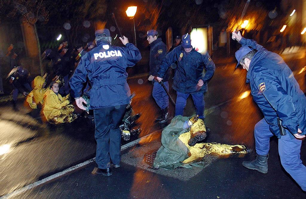Una protesta ante el PArlamento de Santiago acabó con carga policial <br>Xoan A. Soler
