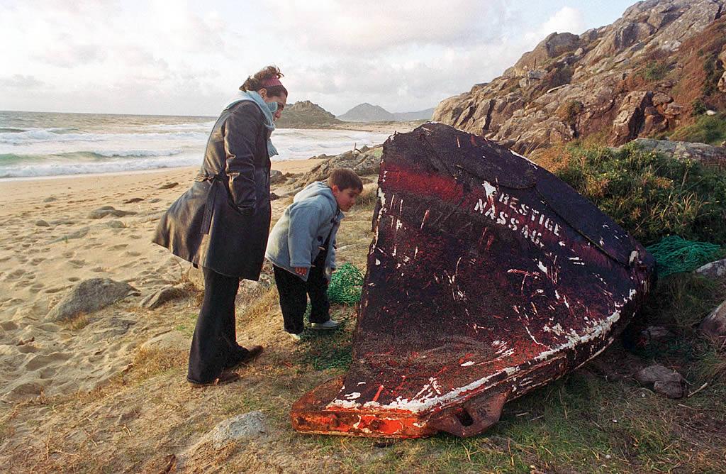 9/12/2002 <br />Un trozo del casco del bote salvavidas del «Prestige» llegó a la playa del Castro de Baroña <br />Álvaro Ballesteros