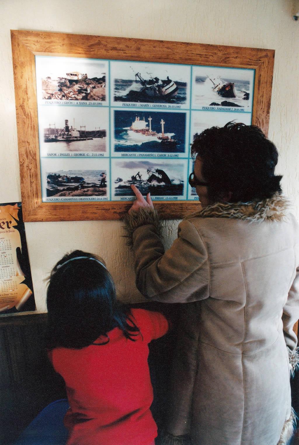 20/12/2002 <br>En un retaurante de Muxia, un cuadro con fotos de los naufragios ocurridos en la zona en los ultimos años: mercante «Casón» (1987), mercante «Frihav» (1998), vapor inglés «George» (1987), pesqueros «A Xaña» (1991) y «Generosa» (1987) <br>Álvaro Ballesteros