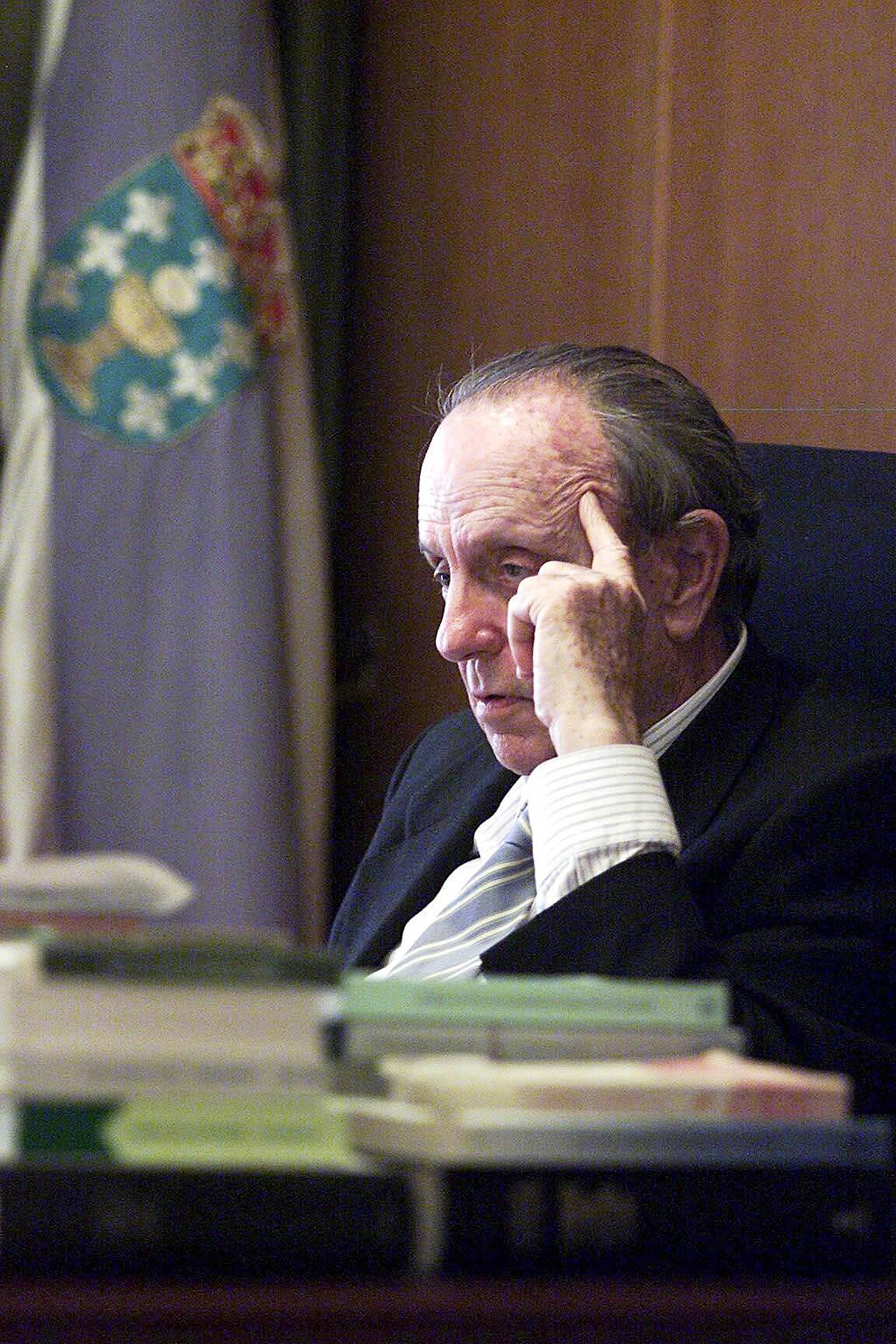 Manuel Fraga en su despacho <br>Álvaro Ballesteros
