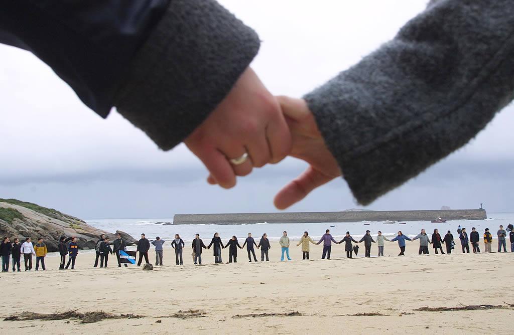Cadena humana en la playa do Torno, en San Cibrao. <br><b>Pepa Losada</b>