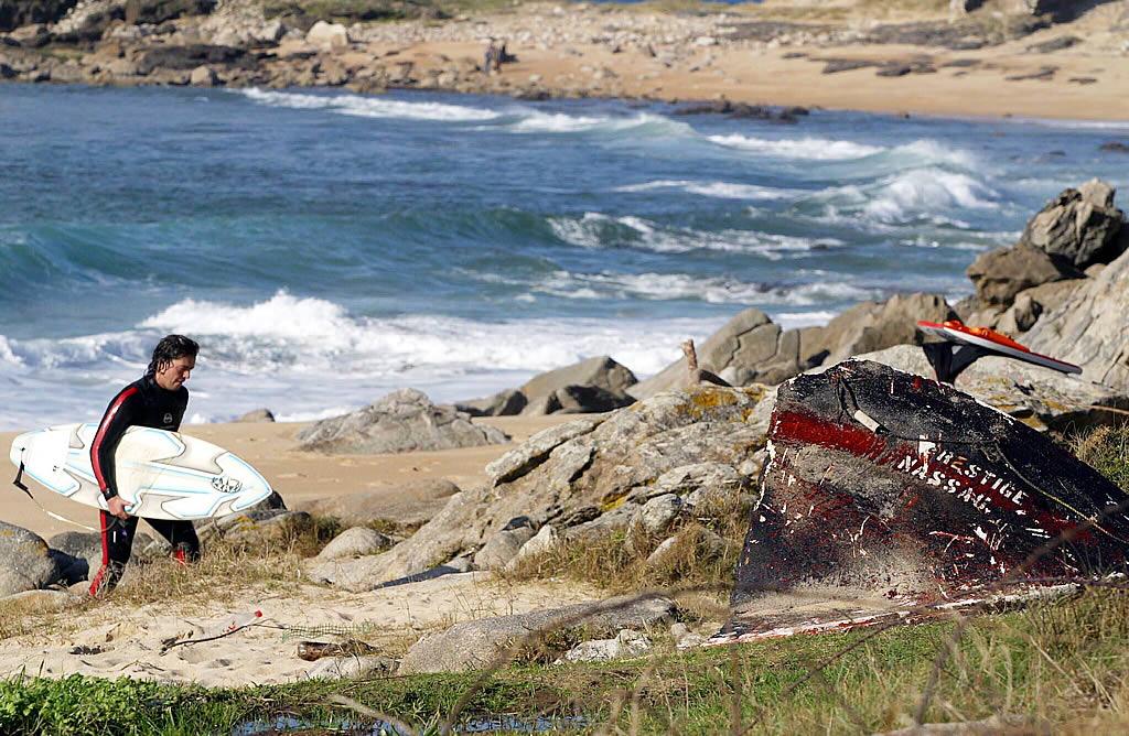 Un surfista en Os Castros de Baroña que no se arruga ante el fuuel <br>Xoan A. Soler