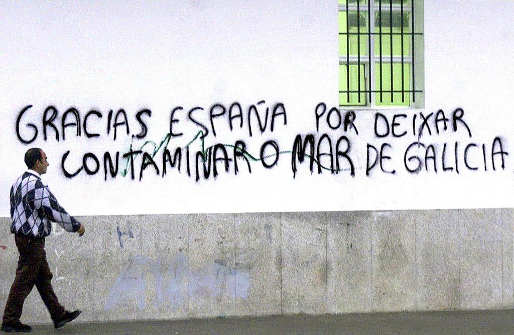 03/12/2002 <br> Aparece una pintada en la lonja de Cangas: «Gracias España por deixar contaminar o mar de Galicia» <br>Óscar Vázquez