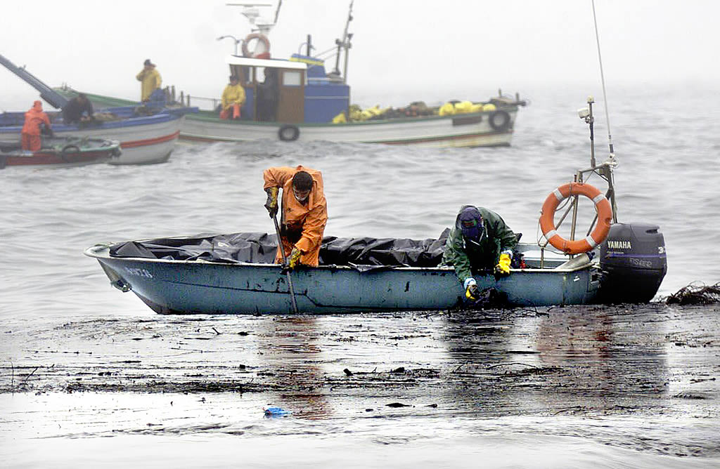 04/12/2002 Marineros de las cofradías de las rías Baixas limpian el fuel cerca de las islas Cíes <br>Óscar Vázquez