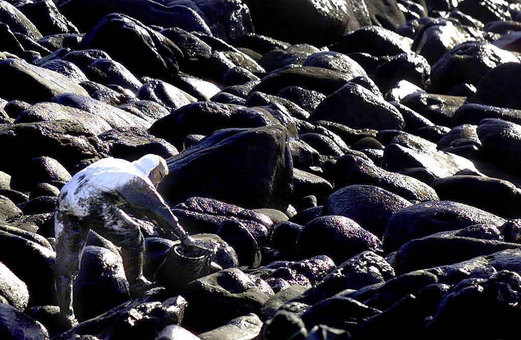 06/12/2002 <br> El fuel arrasó la costa de Mougás, en Oia <br>Óscar Vázquez