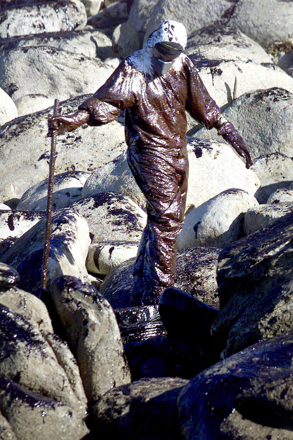 06/12/2002 <br> La costa de Mougás, en Oia, resultó fuertemente dañada por la marea negra del «Prestige» <br>Óscar Vázquez