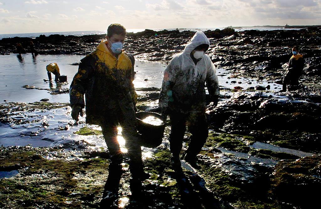 12/12/2002 <br> Dos militares participan en las tareas de limpieza en Corrubedo <br>Óscar Vázquez