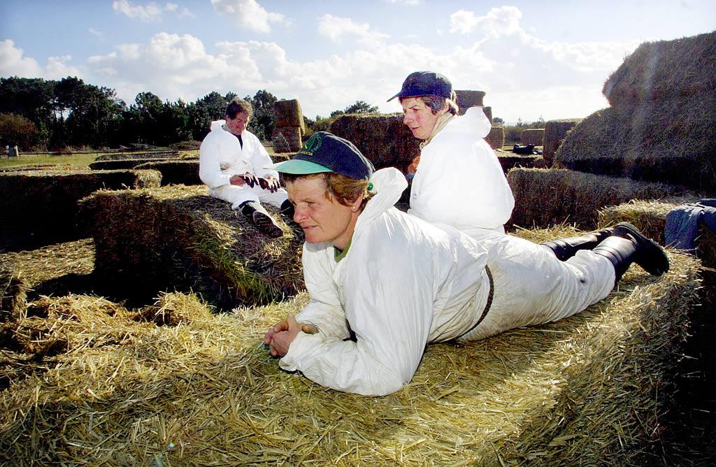 12/12/2002 <br> Algunos voluntarios se toman un descanso en Corrubedo <br>Óscar Vázquez