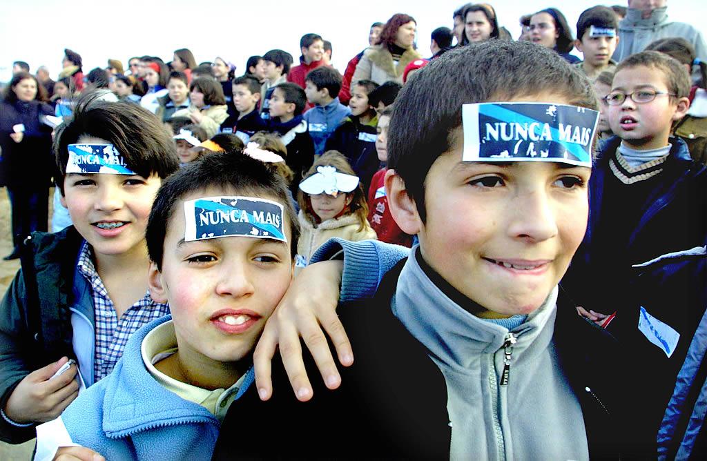 30/01/2003 <br>Los niños hicieron una cadena humana en Nigrán con motivo del día de la Paz y contra la catástrofe del «Prestige» <br>Óscar Vázquez