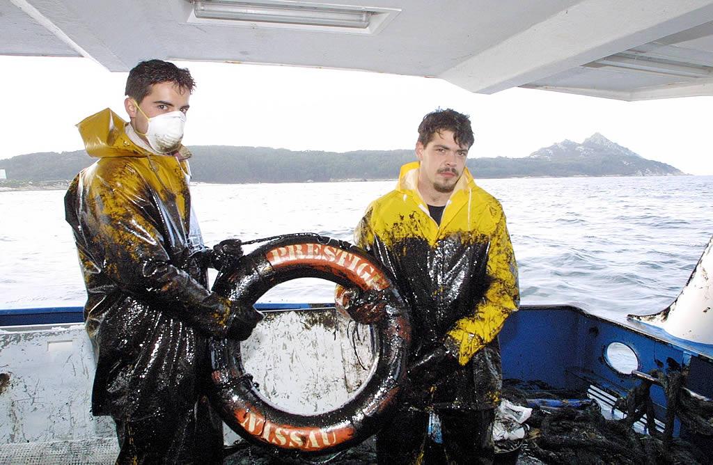Los marineros de Cangas recuperaron un flotador salvavidas del «Prestige» <br> Capotillo