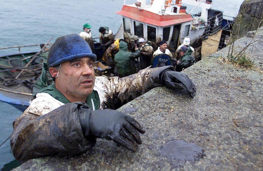 Descarga de fuel en el puerto de Cangas. <br><b>Óscar Vázquez</b>