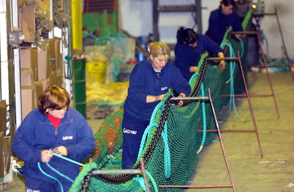 Trabajadoras de los astilleros Cardomar confeccionan una barrera anticontaminación<br><b>M. Moralejo</b>