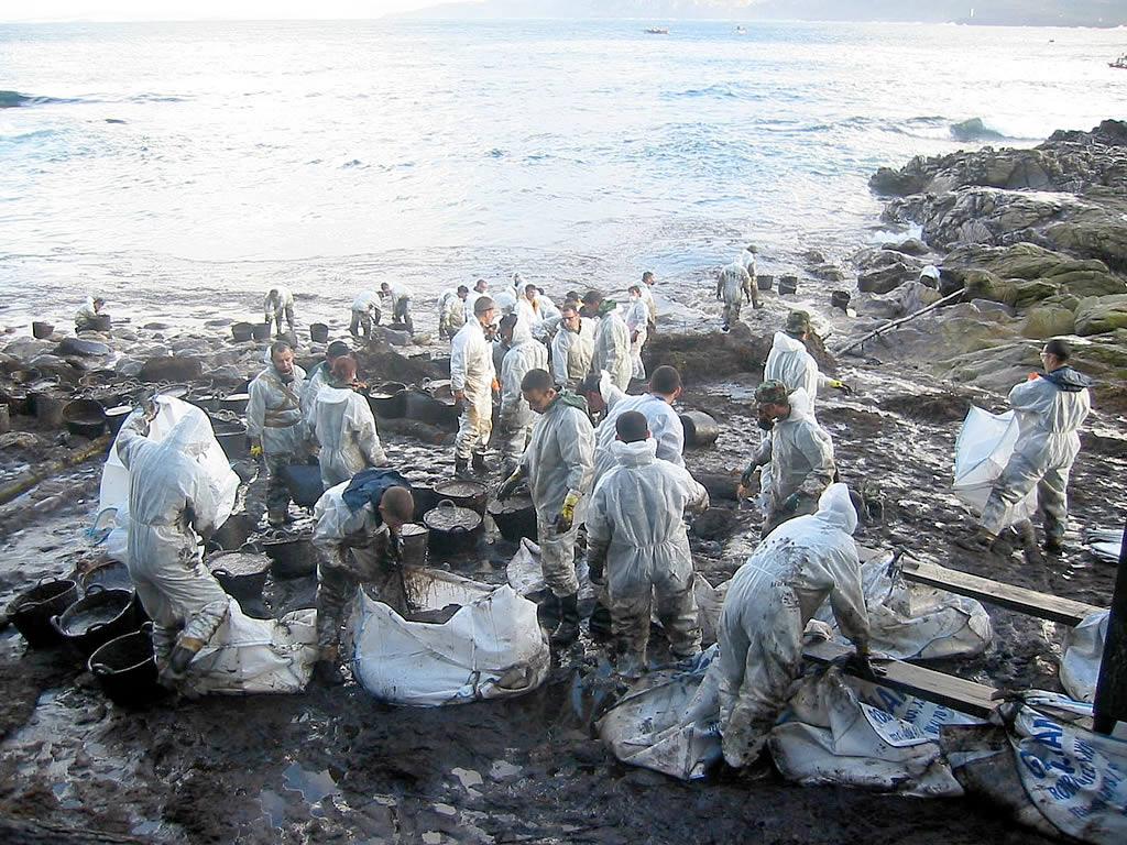 Militares limpian las Islas Cíes.<br><b>Diego Pérez</b>