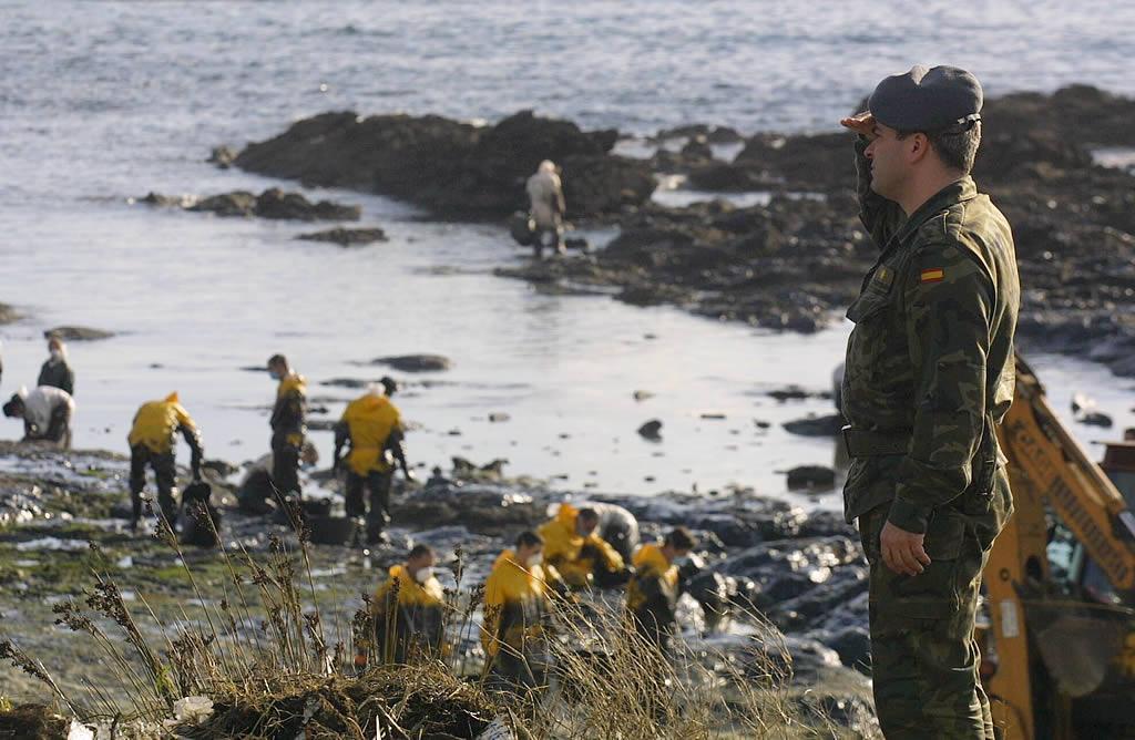 Un militar observa la recogida de fuel en Corrubedo.<br><b>Óscar Vázquez</b>